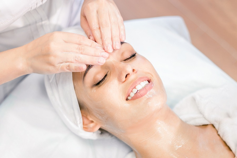 Busy schedules can wreak havoc on the facial skin. Recharge with our thirty-minute gentle pore cleansing, steam to lift impurities, and a specialized treatment mask. Relax as we massage the shoulders, arms & hands. Walk out with healthy, luminous skin.
